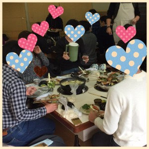 食卓を囲む男女